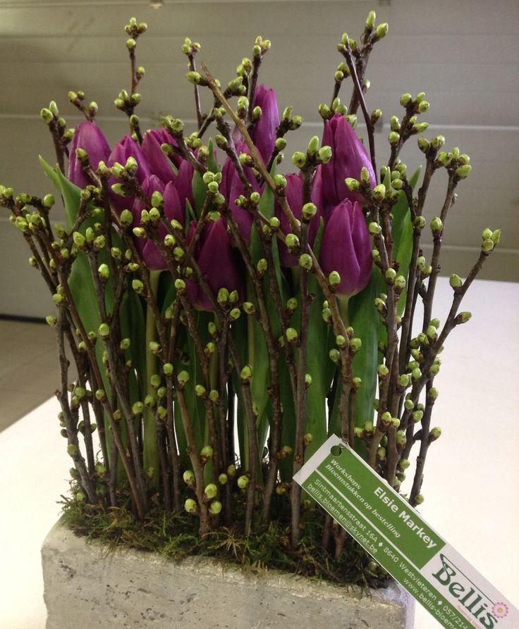 Strak modern bloemstuk met tulpen!