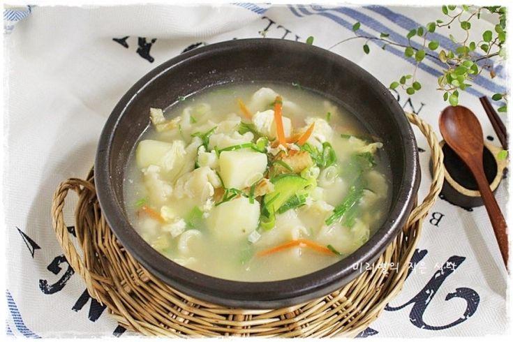 간만에 끓여 먹어본 수제비~황태와 감자 넣어서 구수하게 끓여 봤습니다.한그릇요리 수제비 만드는...