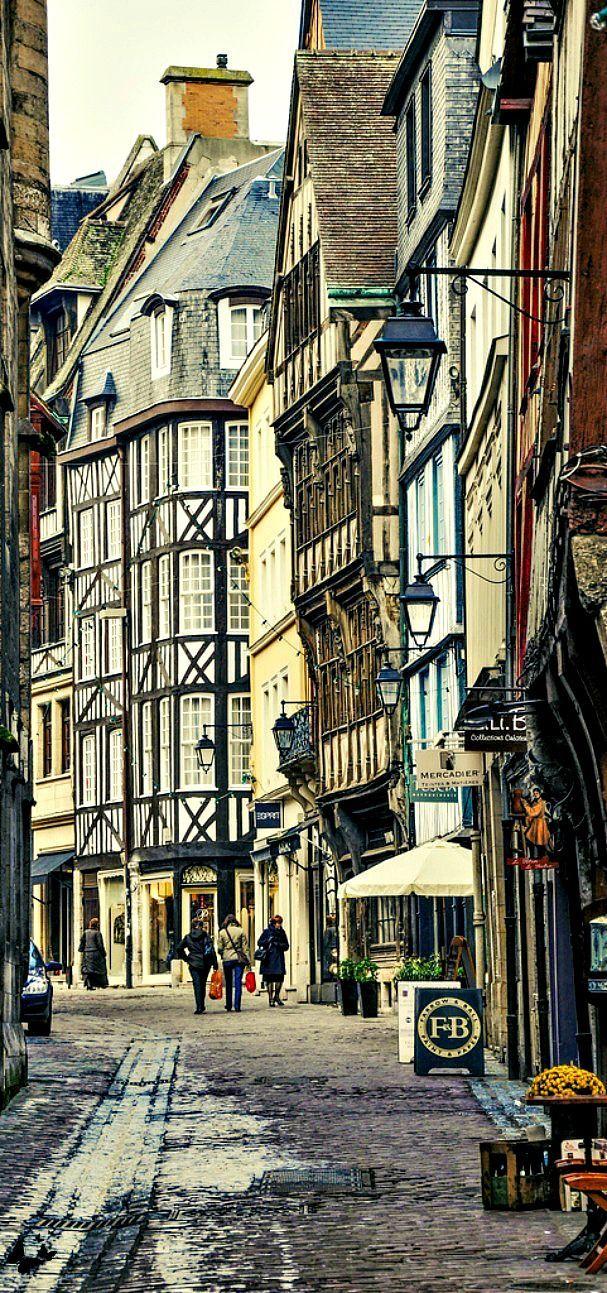 Rouen es una ciudad a orillas del río Sena, en el norte, Francia, con altísimos catedrales góticas, casas con encanto entramado de madera y excelentes museos.