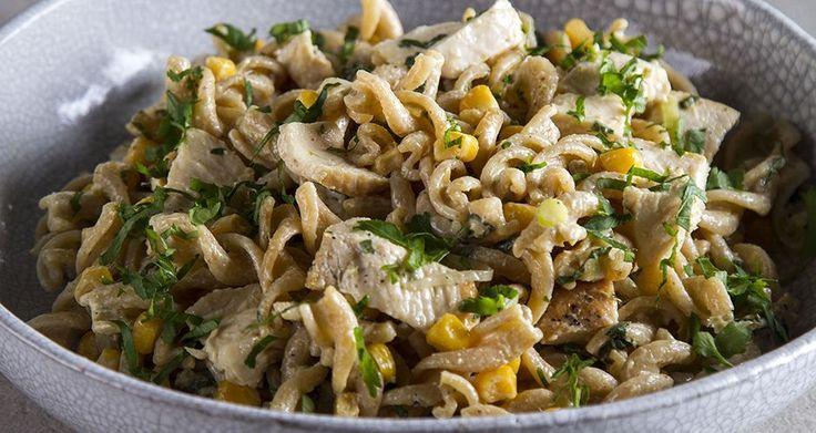 Σαλάτα με κοτόπουλο και στριφτό μακαρόνι ολικής αλέσεως από τον Άκη Πετρετζίκη. Μια εύκολη σαλάτα με κοτόπουλο και βίδες ολικής για ορεκτικό ή κυρίως γεύμα!