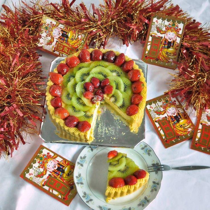 #Bali. Udah pernah cobain kue Lontar Papua? Seru nih kue favorite dari @LontarSwastika ini ga cuma tampilannya yang cantik kue pie lembut ini rasanya manis gurih dengan topping buah-buahan bikin kombinasi rasa yang enak dan segar pas banget buat disajikan untuk keluarga dan teman-teman saat Tahun Baru Imlek nanti.  Untuk pemesanan & info lebih lanjut langsung saja tap  @lontarswastika