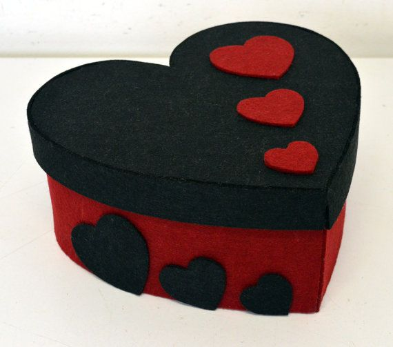 Heart box with red and black felt Hat rack 26 x by Nonsoloscatole