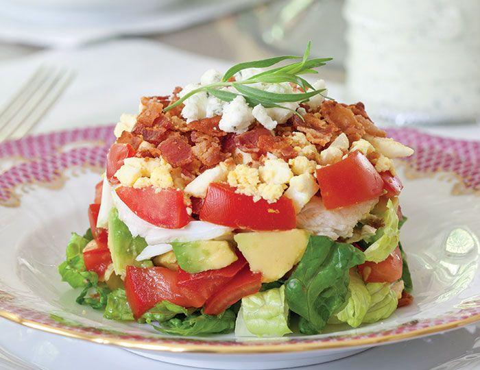 Machen Sie diese Stacked Crab Cobb Salate mit frischen Avocado, Tomaten und Römersauce.
