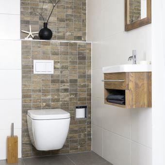Het witte keramiek in combinatie met de massieve houten meubels zorgen voor een warme sfeer
