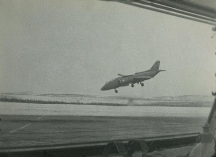 #интересное  Они боролись до последнего (5 фото)   Перед вами старые кадры, на которых запечатлено крушение палубного учебно-тренировочного самолета вертикального взлета Як-38У. Бесстрашные летчики пытались до последнего момента спасти машину и катапультировал