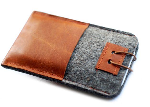 Praktisch-schöne Tasche für den iPod , iPhone oder Mp3 in einer Kombination aus edlem Designerfilz und Leder, veredelt mit einem Knopf aus Metall, der in Verbindung mit einer farbigen Wachskordel...