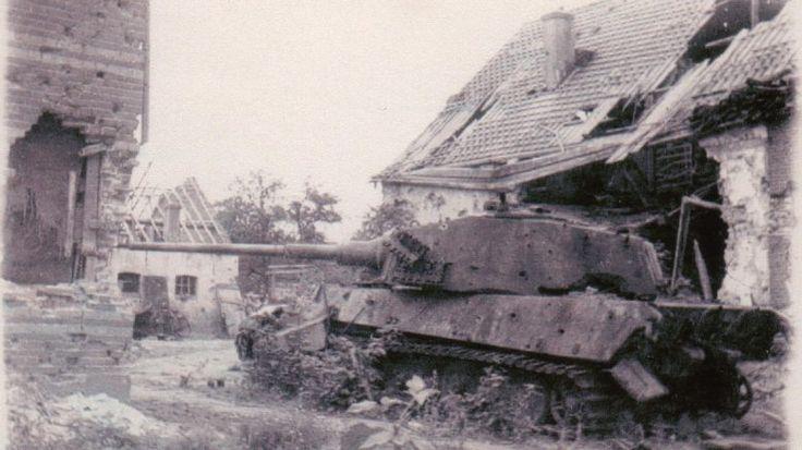Vernietigde Duitse tank in de Weverstraat in Oosterbeek.