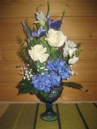 Kuvahaun tulos haulle sinivalkoinen hääkaari kukista