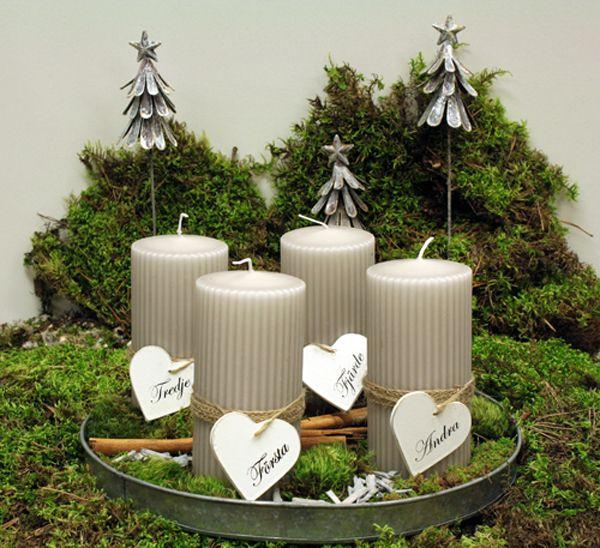 http://holmsundsblommor.blogspot.se/2013/11/en-lugn-och-gra-advent.html Advent. Ljusgrå blockljus (rillade) med hjärtan 1-4 för advent på runt zinkfat.
