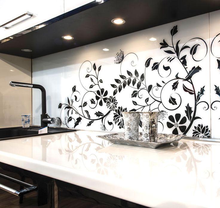 Ciekawa inspiracja na dekoracyjny panel szklany do kuchni. Konsekwentne połączenie bieli i czerni.
