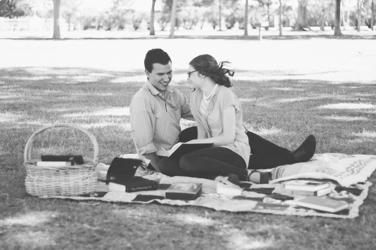 romantic cute young couple pictures outfit ideas for couples // julia stockton photography las vegas nevada photographer floyd lamb park
