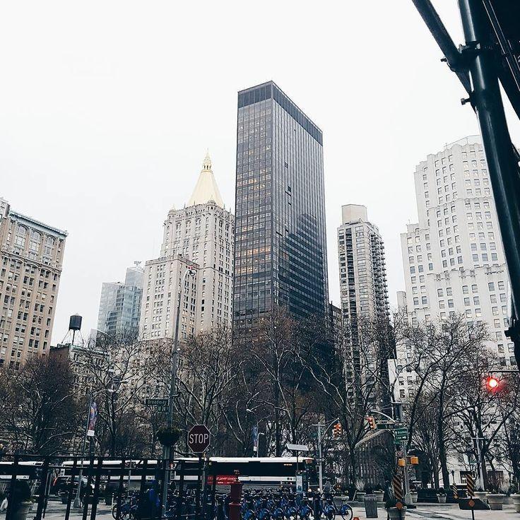 The Fifth Avenue! Les juro que mientras tomaba esta foto se me estaban congelando los dedos  Platíquenme cuáles son sus lugares favoritos en #NYC aún tengo muchos lugares por conocer y me encantarían sus tips. Si todavía no conocen la Gran Manzana  qué spots de la ciudad están en su lista?  Yo les dejo los míos en  @misscathiarivera. #marknyctour. . . . . . #bloggermexicana #mexicanbloggers #blogdebelleza #thatsdarling