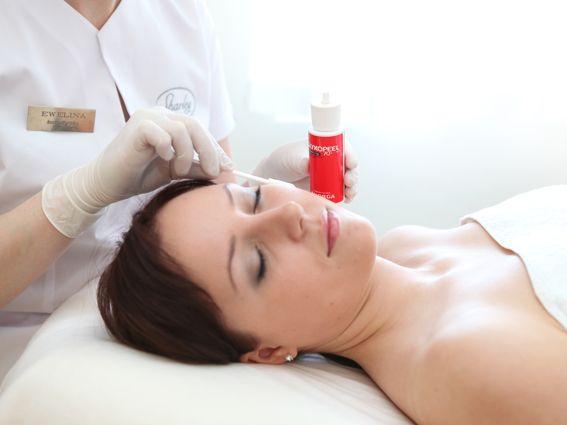 GlykoPeel Złuszczanie międzykomórkowe przy pomocy alfa-hydroksykwasów (AHA), które zmniejszają spójność korneocytów czyli martwych komórek naskórka i zapobiegają pogrubianiu się płaszcza rogowego skóry. Na poziomie mieszków włosowych i gruczołów łojowych kwasy te redukują nadmierne rogowacenie, regulują wydzielanie łoju i pomagają usunąć zaskórniki. AHA aktywizują także produkcję cytokininy, stymulują produkcję kolagenu i elastyny oraz syntezę kwasu hialuronowego. GlykoPeel ma ponadto…