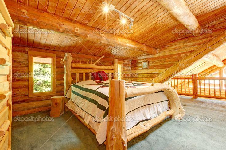 Blockhaus Schlafzimmer unter großen Holzdecke mit Queen-Size-Bett