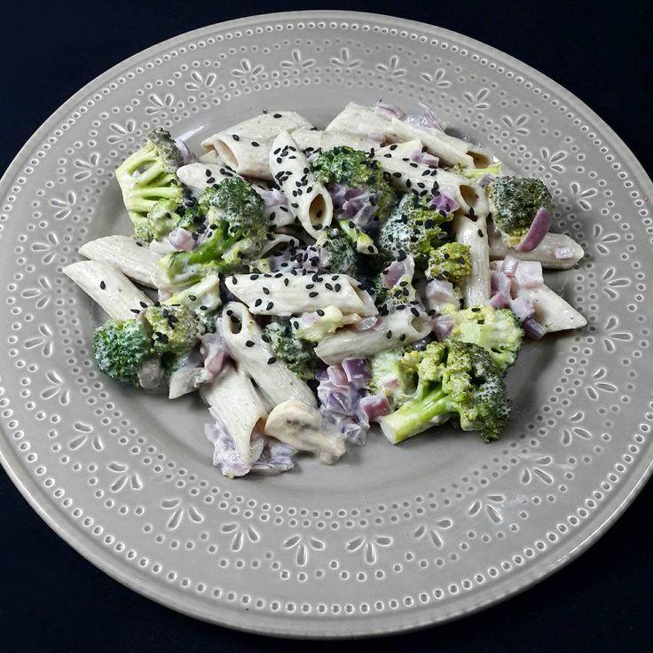 Wok cremoso de fideos integrales, brócoli, champignones y cebolla