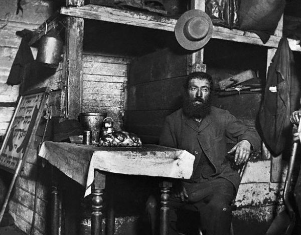 A Jewish immigrant cobbler living in a dirty cellar prepares to eat a meal on the Sabbath.