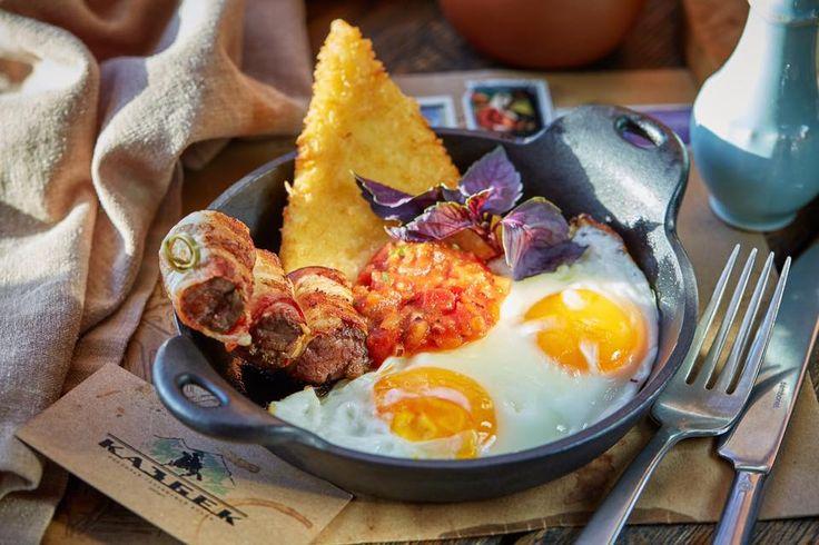 Чугунная сковорода, а на ней целый набор вкусных составляющих: глазунья из двух яиц, обжаренная говяжья вырезка в беконе, нежный сыр сулугуни в панировке под пикантным соусом. Так выглядит идеальный завтрак в «Казбеке» каждые выходные и праздничные дни с 12:00 до 17:00!Приглашаем  #мойказбек #mykazbek #chemikazbegi #ჩემიყაზბეგი #maisondellos