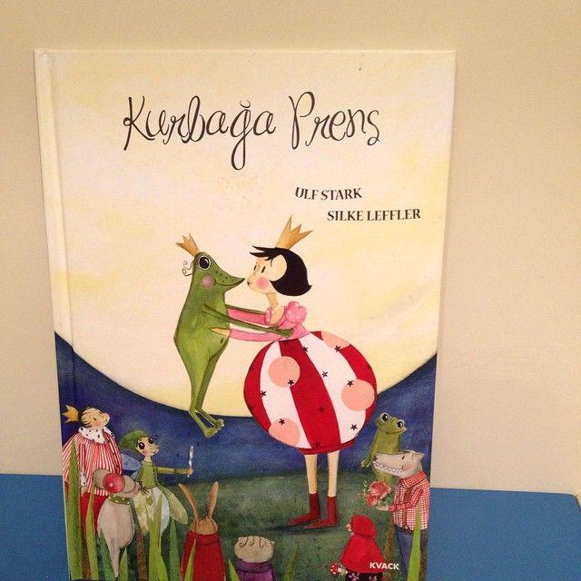 Ve bu gece Çağın, uyumadan önce  okumak için halasının aldığı (@bskckr ) bu kitabı seçti: Kurbağa Prens. Prenses Klara ve Prens Karl, Peri Masalı Ormanı'nda çook eğleniyordur. Sonra.... Bilin bakalım ne olur? Ben kitaptaki bazı yerleri sansürleyerek, bazı yerleri de değiştirerek okudum. Çünkü kötü peri prensi, çok eğlendiği bir sırada kurbağaya dönüştürüyor. Bu kitap Çağın'ı, bazı yerleri sansürlediğim halde korkuttu. +6 yaş için daha uygun diye düşünüyorum.