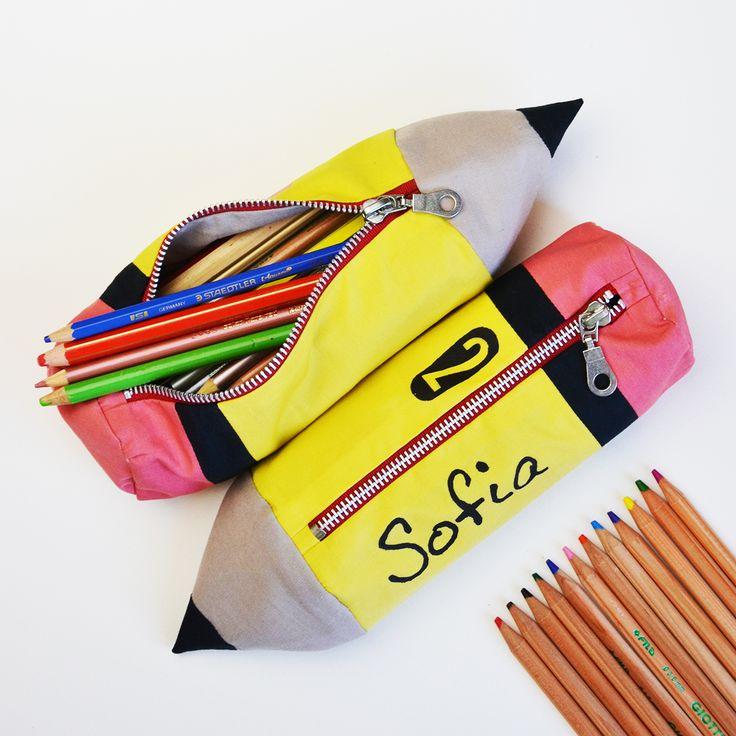 Tutorial e cartamodello GRATUITO! Preparati per la scuola con questo astuccio a forma di matita completamente foderata! Ottima idea regalo per bambini!