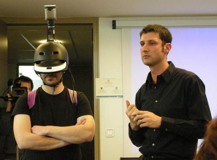 Jérôme Ardouin (équipé du FlyViz) et Anatole Lécuyer, deux des quatre chercheurs à l'origine du casque à vision panoramique présentent FlyViz, un casque pour voir en 360.  Développé par plusieurs centres de recherche français, il permet de voir dans toutes les directions à la fois. [in www.Silicon.fr]
