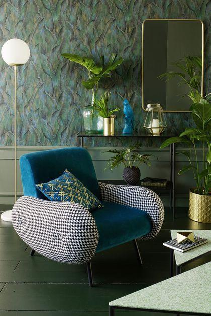 Dans cette ambiance, fauteuil vintage bleu canard à l'assise confortable