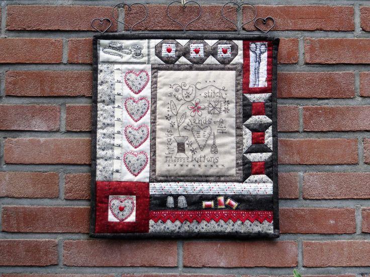 Mini quilt met patchwork, borduren, naaien en quilten.