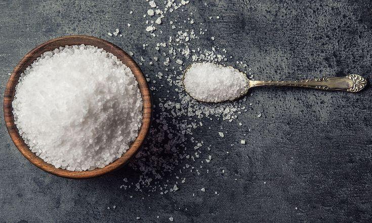 Θέλεις λευκά δόντια; Φτιάξε το πιο εύκολο λευκαντικό με χοντρό αλάτι!