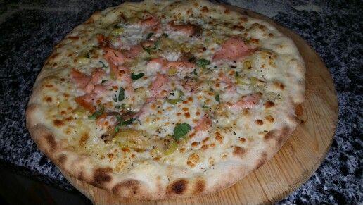 Pizza creme, poireaux et saumon.