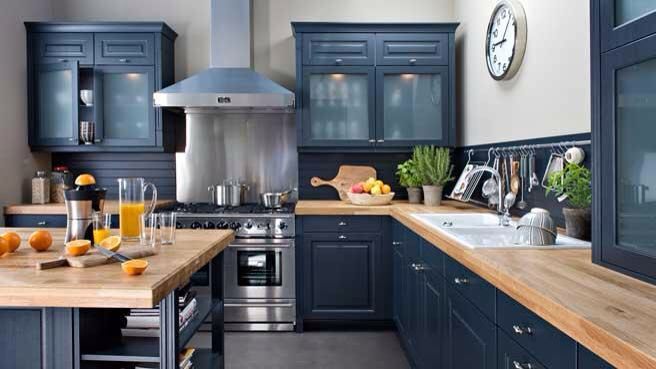 Cuisine noire mat et plan de travail bois