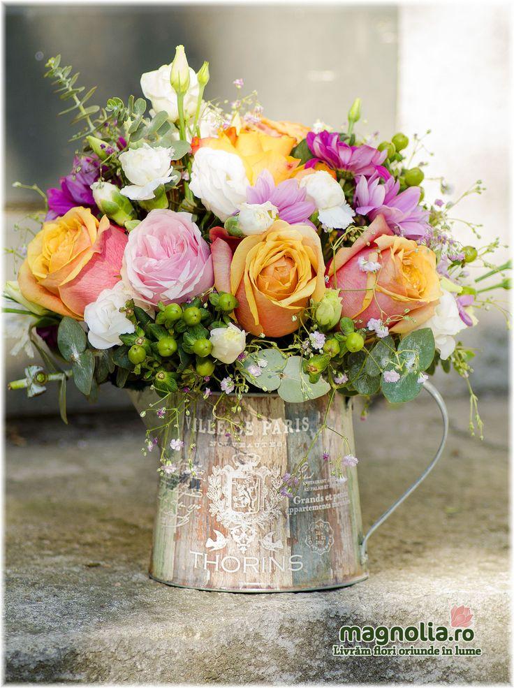 Aranjament floral vintage în stropitoare. Vintage floral arrangement in a watering can.