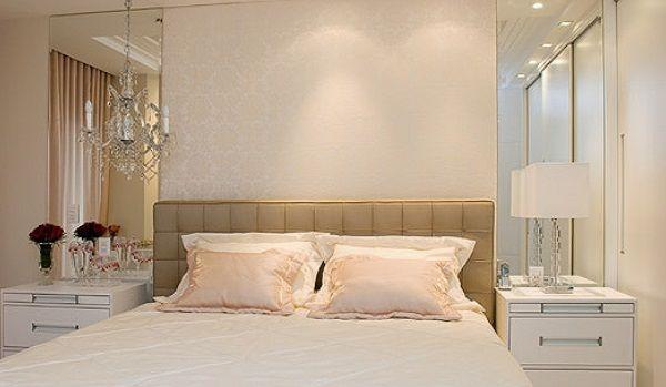 Cabeceira Vertical Parede com papel de parede claro e delicado + espelhos + cabeceira de couro bege + criados brancos. Projeto Maximira Durigan.