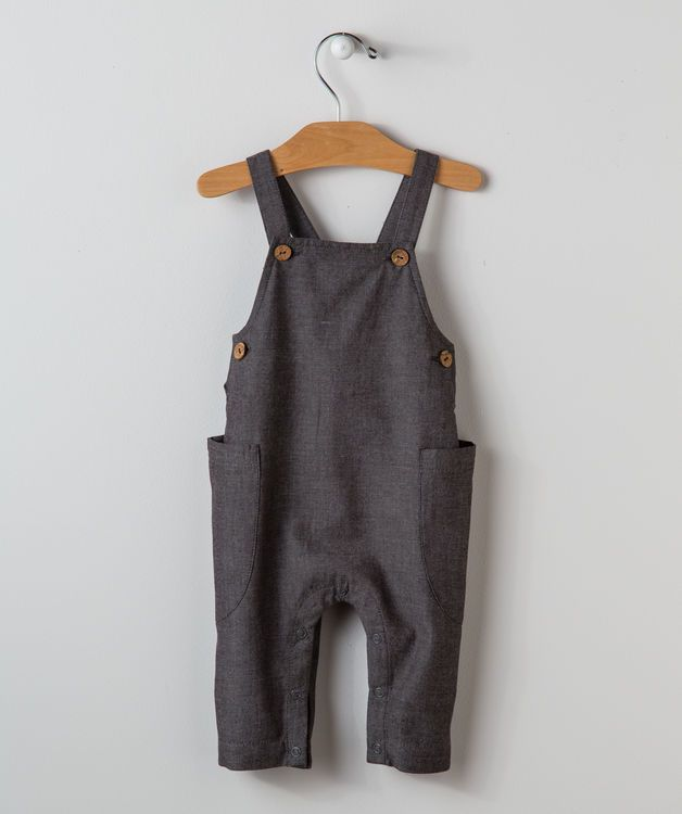 These chambray dungarees are perfect for play dates and special occasions. Our 100% cotton overalls for girls and boys ages 3 months to five years feature big pockets on both sides, shoulder straps with big buttons and an elastic waist to keep your little looking great at comfy.
