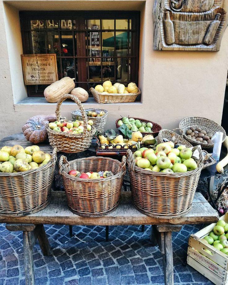 Sapete qual è la mela migliore per la torta di mele? Ovviamente è la renetta una varietà antica difficile da trovare nei supermercati. Per fortuna nei negozietti di montagna c'è ancora qualcuno che le raccoglie e ti spiega anche come abbinarle alle ricette :) #TheBrilliantWeekend #cityoffood #bologna #savigno #apples #fruit #market #montagna #mele #apple #pie #vegan #winter #street #streetfood #italy #italia #whatitalyis #helloitaly