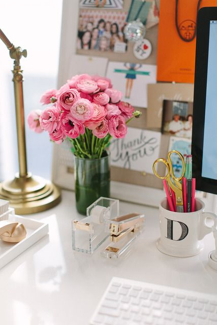 We love a white desk + pops of colors + fresh flowers. #sopretty #dreamdesk #dormify @dormify .