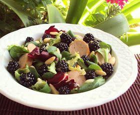 Salada Gourmet com Salsichas Grelhadas, Pinhões e Amoras Silvestres