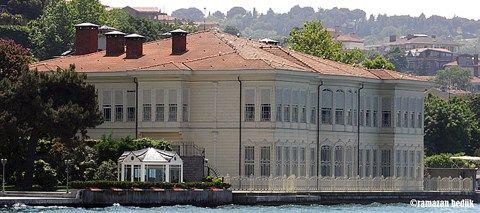 Boğaziçi, Asya ve Avrupa kıyılarını süsleyen yüzlerce yalısıyla adeta bir Yalı Müzesi'dir. Bu müzede yalıların mimari yapılarını, süslemelerini ve yaşanmışlıklarını inceleyerek Osmanlı'nın Boğaziçi kültürünü tanıyabiliriz.   #27 #birİSTANBULhayali #tarihi #Üsküdarın #yalısı