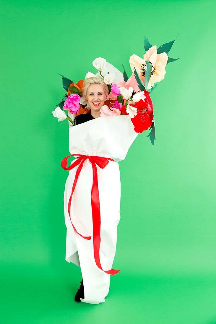 DIY paper bouquet of flowers costume - what a simple and clever handmade Halloween costume!