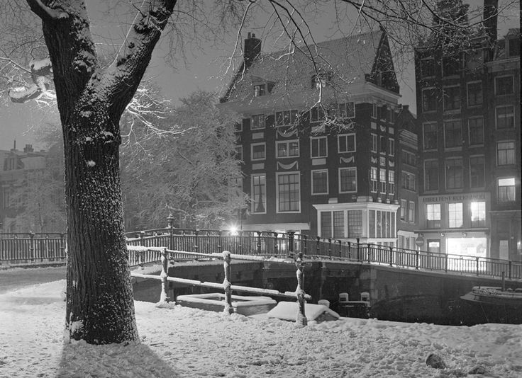 1950. Winter in Amsterdam. The photo was shot at the corner of Singel and the Lijnbaansteeg. #amsterdam #1950
