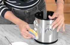Los productos de limpieza que compramos en cualquier supermercado suelen ser muy eficaces, pero muchas veces están hechos con ingredientes abrasivos y con olores fuertes. Una buena opción es hacer nosotros mismos un desengrasante casero.    Vamos a limpiar la cocina con un desengrasante natural