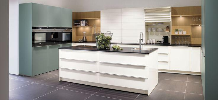 Marquardt Küchen - Inselküche Glas Glanzweiß und Fjordblau mit Black Jack
