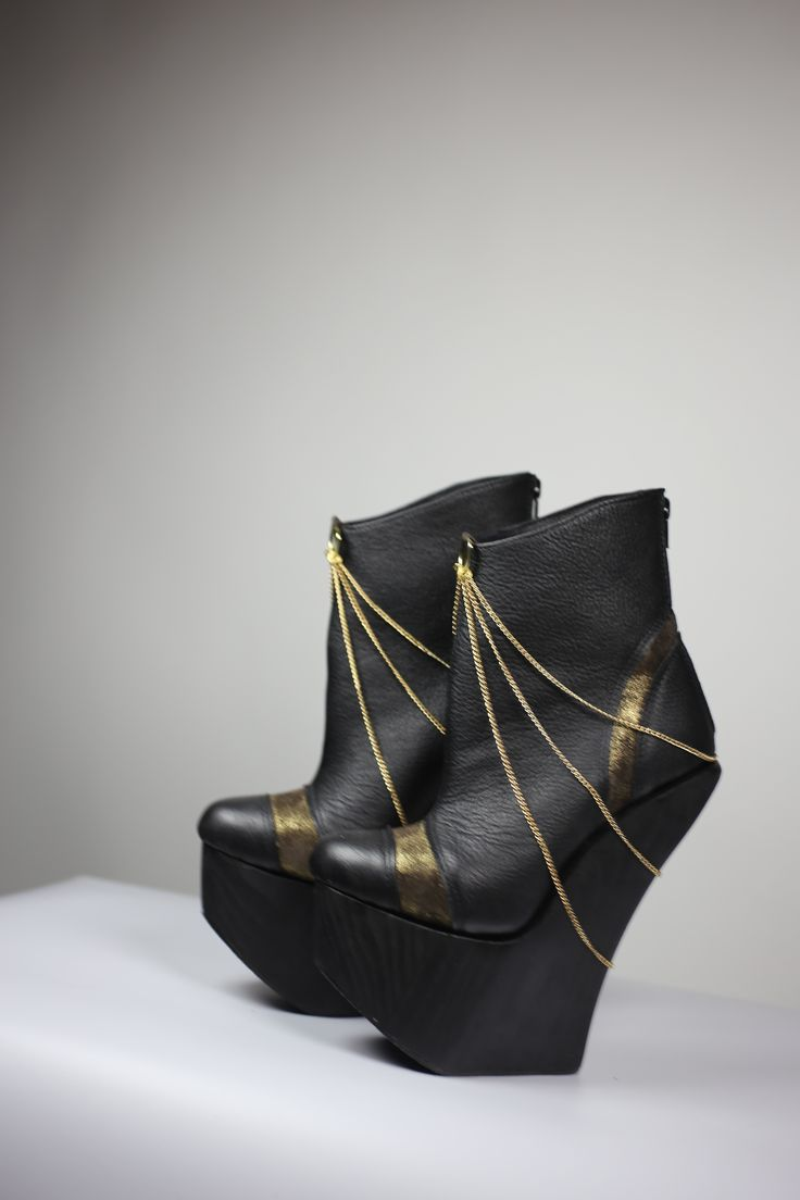 showstopper! high HEELS! black and gold!