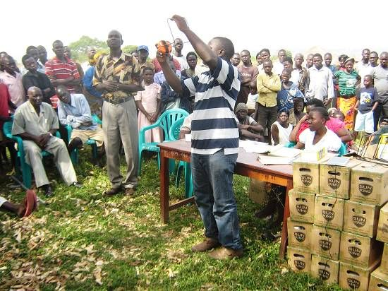Inden JEEP uddeler solcellelamper til lokalbefolkningen i Uganda, så bliver modtagerne instrueret i brugen af lampen.