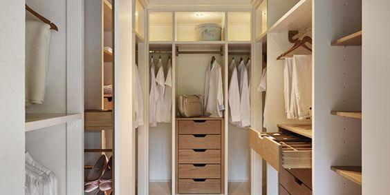 Ganarás espacio y tendrás todo mucho más ordenado. Probablemente sea una de las partes fundamentales de un hogar, sin embargo, de las más complicadas. Tener un vestidor es tan útil como difícil, y hay que saber sacarle siempre el máximo provecho a nuestro espacio. Por ello, aquí te traemos cinco claves para hacer de tu vestidor un lugar donde quedarse a vivir.  Wardrobe Room, Walk In Wardrobe, Closet Bedroom, Master Bedroom, Walking Closet, Walk In Closet Design, Closet Designs, Best Interior, Room Interior
