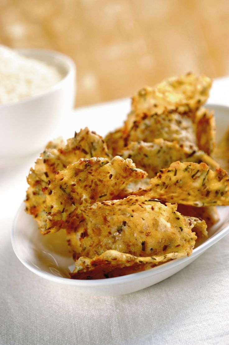 Una ricetta per un aperitivo divertente? Niente di più semplice con le tegole al sesamo e rosmarino di Sale&Pepe. Provale e dicci cosa ne pensi!