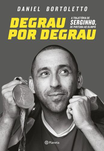 """Degrau por Degrau – a trajetória de Serginho, de Pirituba ao olimpo Daniel Bortoletto Planeta do Brasil  """"Minha mãe me deu uma bola de vôlei, mas ela achava que era de futebol. Através desta bola eu conquistei um monte de coisas na vida. Se meu sonho se tornou realidade, acho que o sonho de qualquer pessoa pode se tornar também"""". É com essas palavras que Serginho, um dos maiores atletas brasileiros de todos os tempos, define a realização de seus sonhos através do esporte. De empacotador a…"""