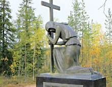 2. Ukrainalainen muistomerkki  Sijaitsee Kuhmontien varressa, Haukilan alueella, minne suomalaiset pysäyttivät ukrainalaisen 44. divisioonan pääjoukot joulun alla 1939. Tammikuun alussa suomalaiset hyökkäsivät alueelle motittaen hyökkääjän joukot, ja motti tuhottiin 8. tammikuuta mennessä lähes viimeiseen mieheen.