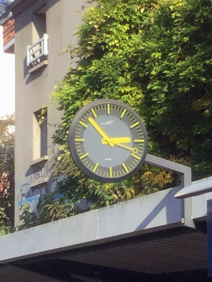 Horloge analogique Bodet Profil TGV 950 sur le quai de la gare de Meudon-Val-Fleury (92).