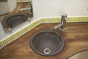 昔からキッチンや浴室などの水まわりの建築材料としてよく使われてきたタイルですが、昨今では、よりデザイン性の高いモザイクタイルで個性的に仕上げる例が増えています…