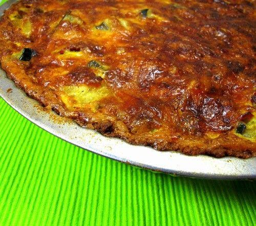 Gemüsequiche mit Low Carb - Mürbteig - Mittagessen, Abendessen, Zwischendurch - 1 Knoblauchzehe, 1 Ei, 1 Prise Salz, 4 Eigelb, 2 Zwiebeln, gehackt, 150g Butter, 150 g Mandelmehl, 150 g Quark (40% Fett), 300g Gemüse nach Wahl (Zucchini, Pilze, Brokkoli), 400ml Sahne, 100g Emmentaler, gerieben, frisch geriebene Muskatnuss