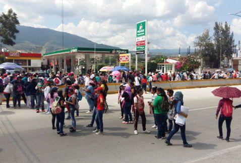 Servidores públicos bloquearon la Autopista del Sol en Chilpancingo - http://www.notimundo.com.mx/estados/bloquearon-autopista-del-sol/